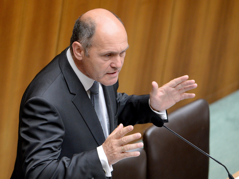 Innenminister Wolfgang Sobotka spricht sich gegen Absagen bei der EURO 2016 aus.