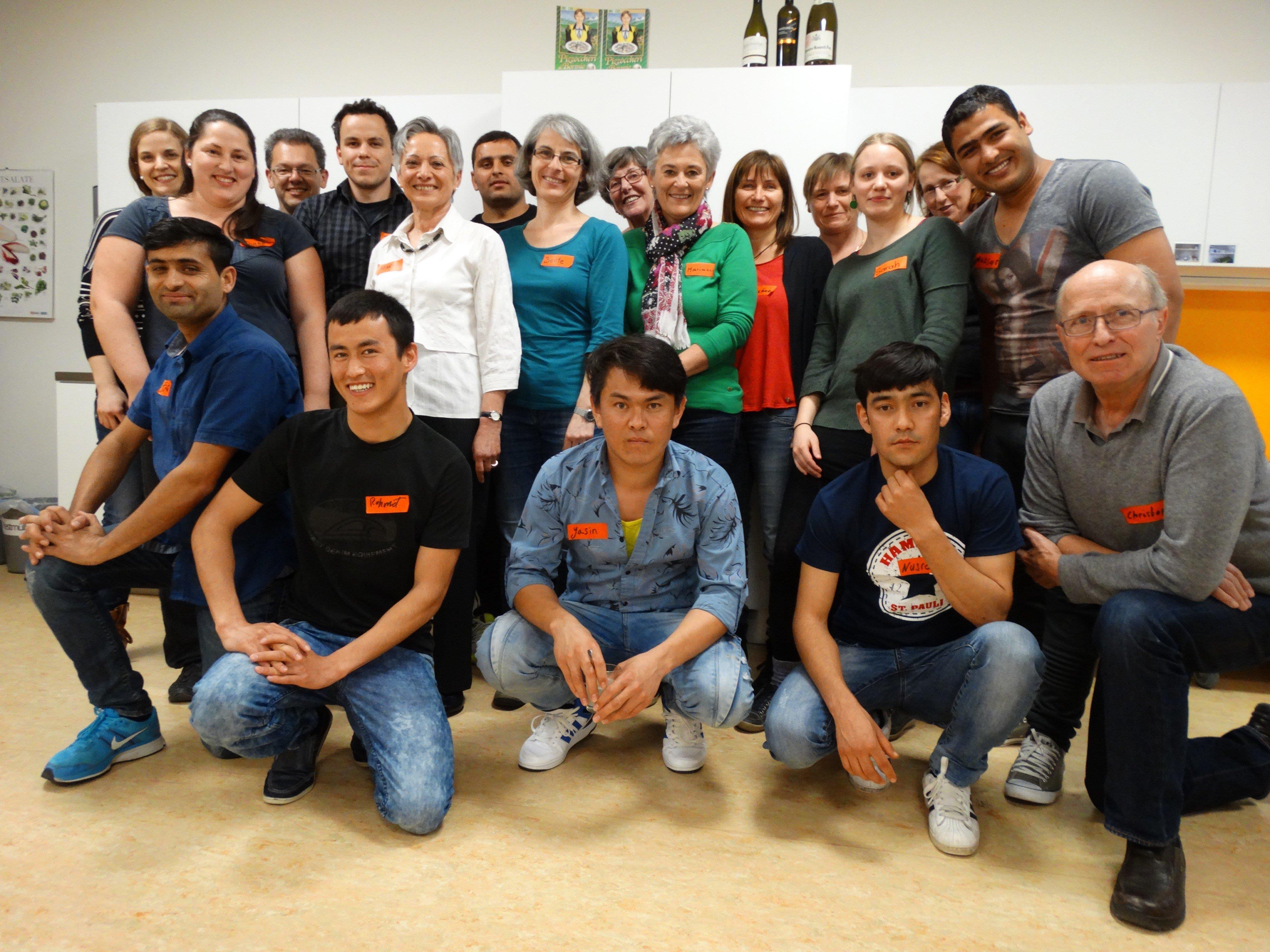 Das Weltladen Team Götzis und die Flüchtlinge beim gemeinsamen Kochen....