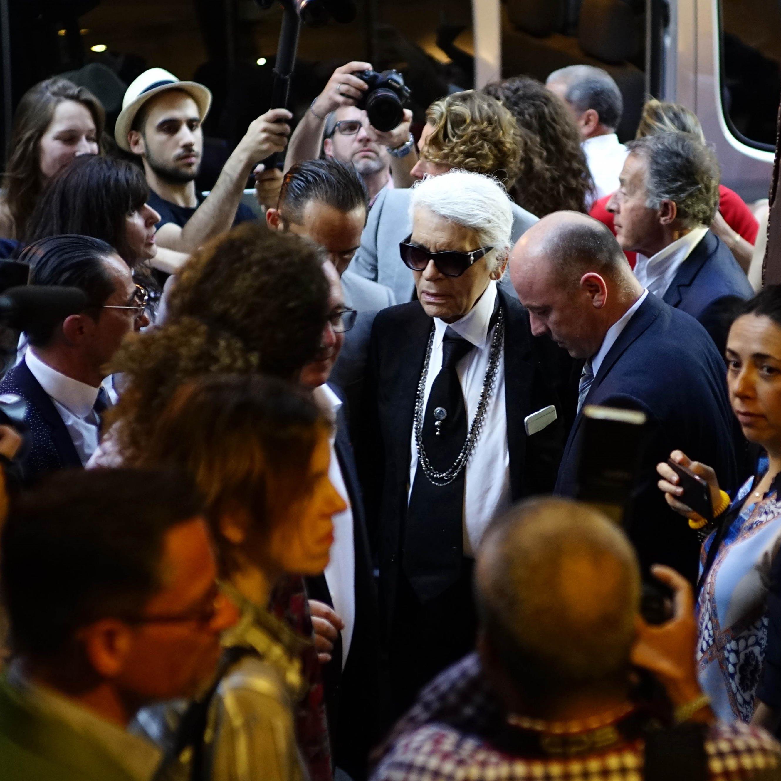 """Designer Karl Lagerfeld besuchte die Ausstellung """"Work in Progress"""" in Havanna."""