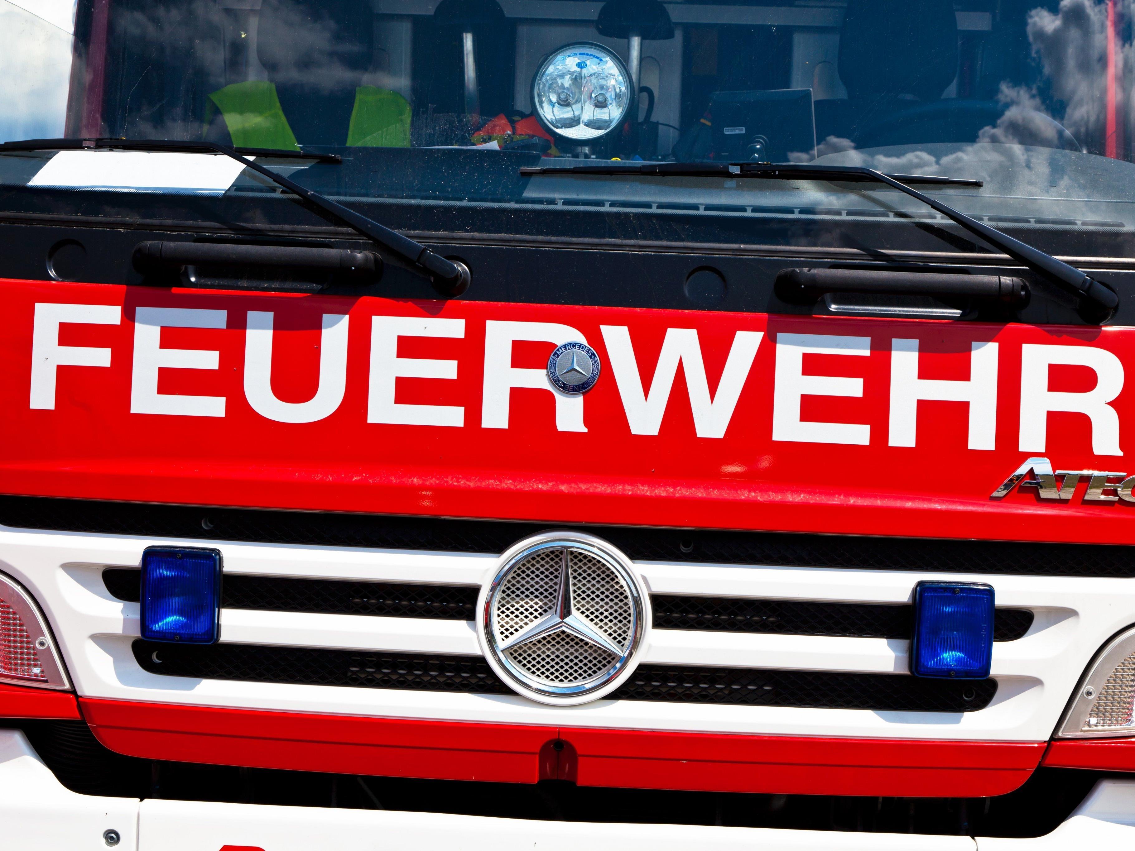 Die Feuerwehr Götzis rückte zu dem brennenden Traktor aus.