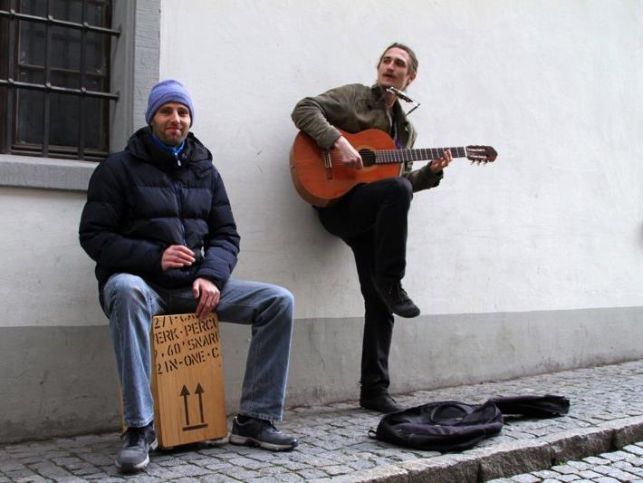 Mikko und Tom spielen fast jeden Samstag in der Montfortstadt - hier bei der Johanniterkirche in der Marktgasse.
