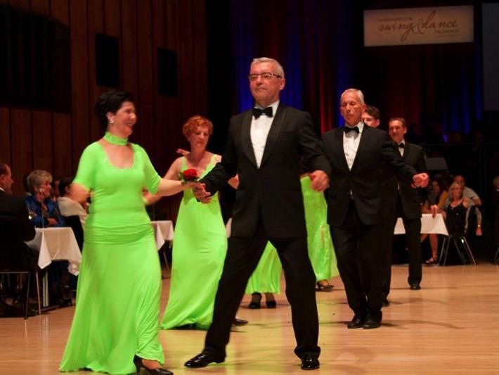 Eines der Höhepunkte des Abends war die Eröffnungspolonnaise. Im Bild: Der ehem. Präsident des swing& dance Lothar Schuler mit Gattin.