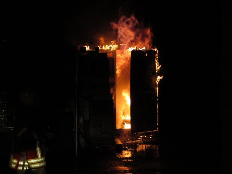 Bei einem Containerbrand in Altach kam es zu mehreren kleinen Explosionen.