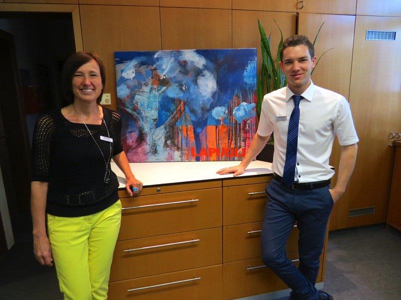 Judith Tschohl und Markus Spiegel vor einem der Kunstwerke, welche nun ihren Arbeitsplatz verschönern.
