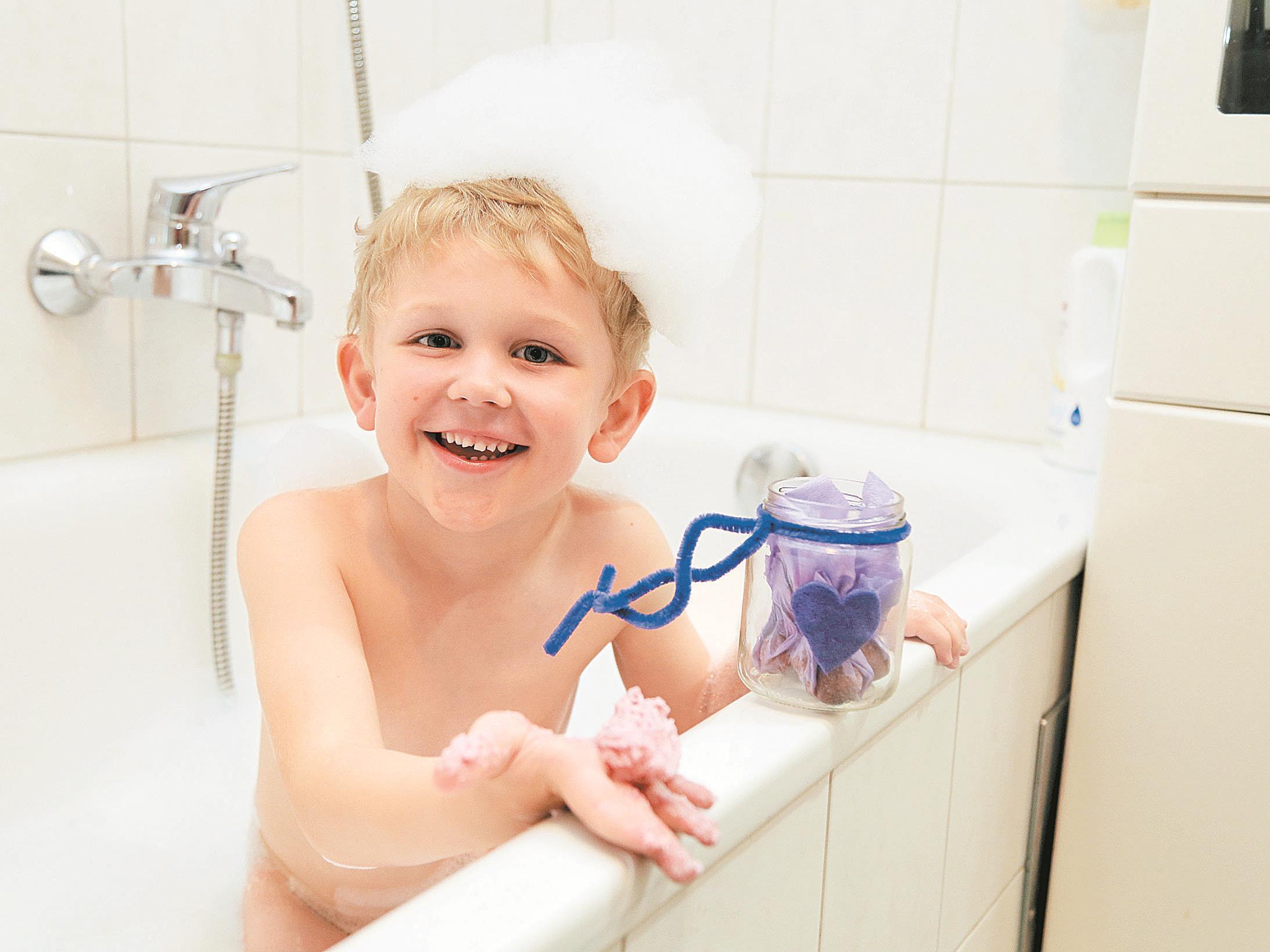 """Am Sonntag ist Muttertag – Jason hat vorab schon die Badepralinen für Mama """"getestet""""."""