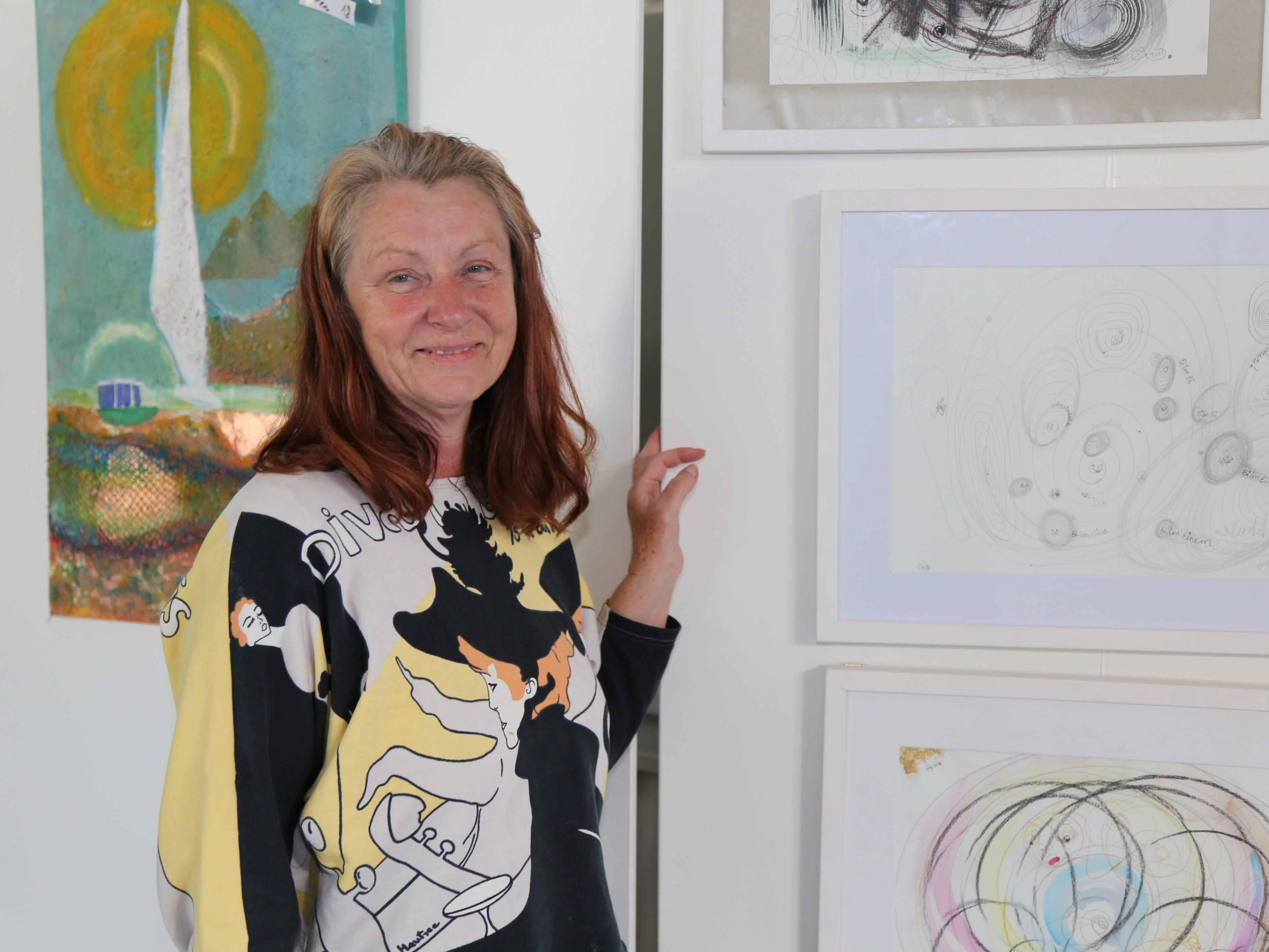 """Adelheid Kierein stellt ihre """"gechannelte"""" Bilder und abstrakte Kunst aus."""