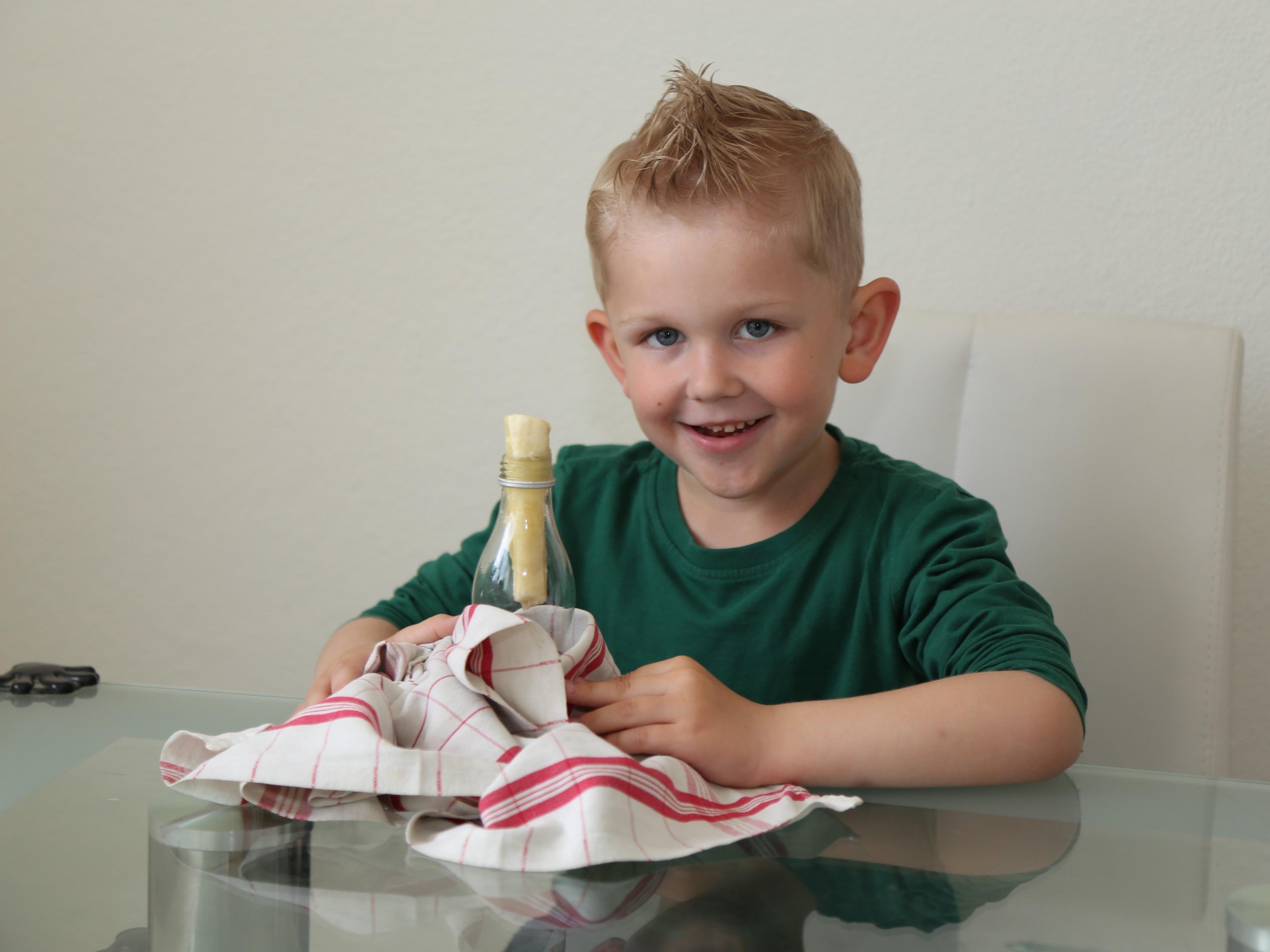 Der Kinderreporter macht Experimente über die Auswirkungen von Temperatur.