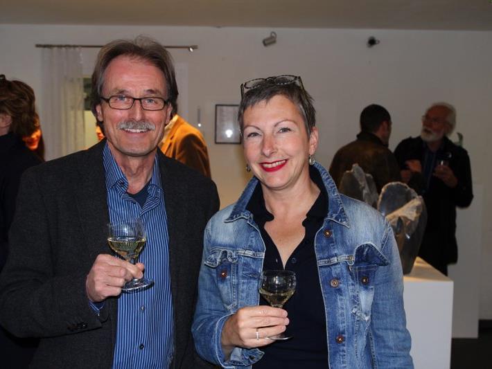 Dr. Martin Mittendorfer (links) freute sich über die zahlreichen Besucher seiner neueröffneten Gallerie.