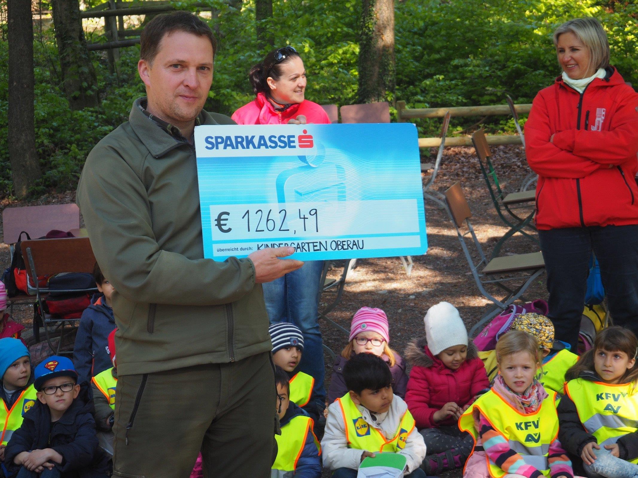 Eine Spende mit € 1,262,49 durfte kürzlich Wildpark Betriebsleiter Christian Ammann von der Kindergartengruppe Oberau für das neue Waschbärengehege in Empfang nehmen.