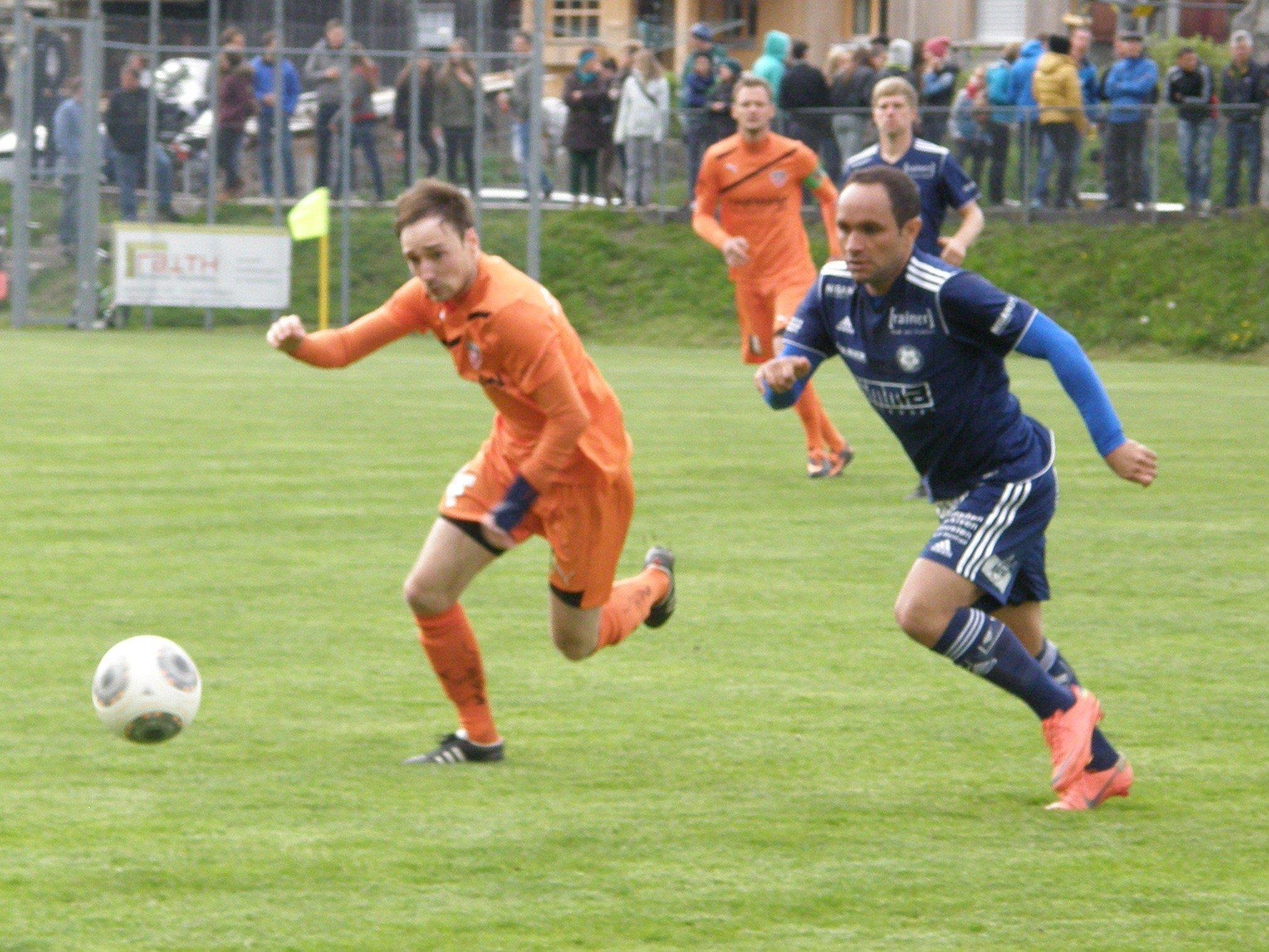Der Bizauer Rene Schedler und Reinaldo Ribeiro vom FC Andelsbuch erhoffen sich Punkte für ihre Teams.