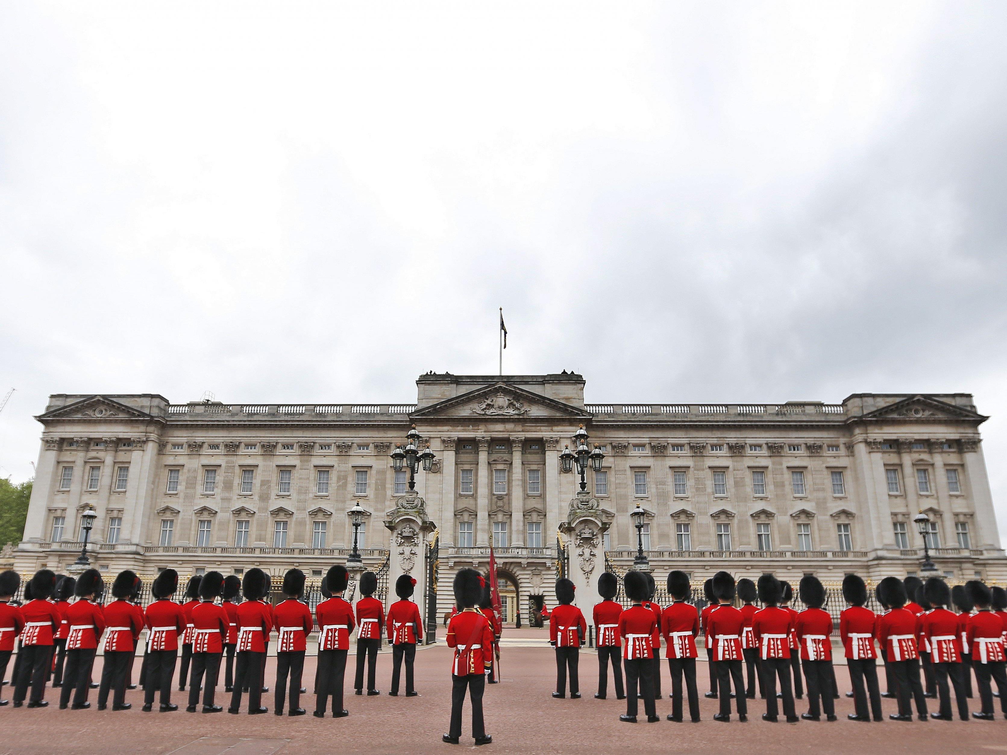 Ein Mann ist am Donnerstag über den Zaun des Buckingham Palast geklettert.