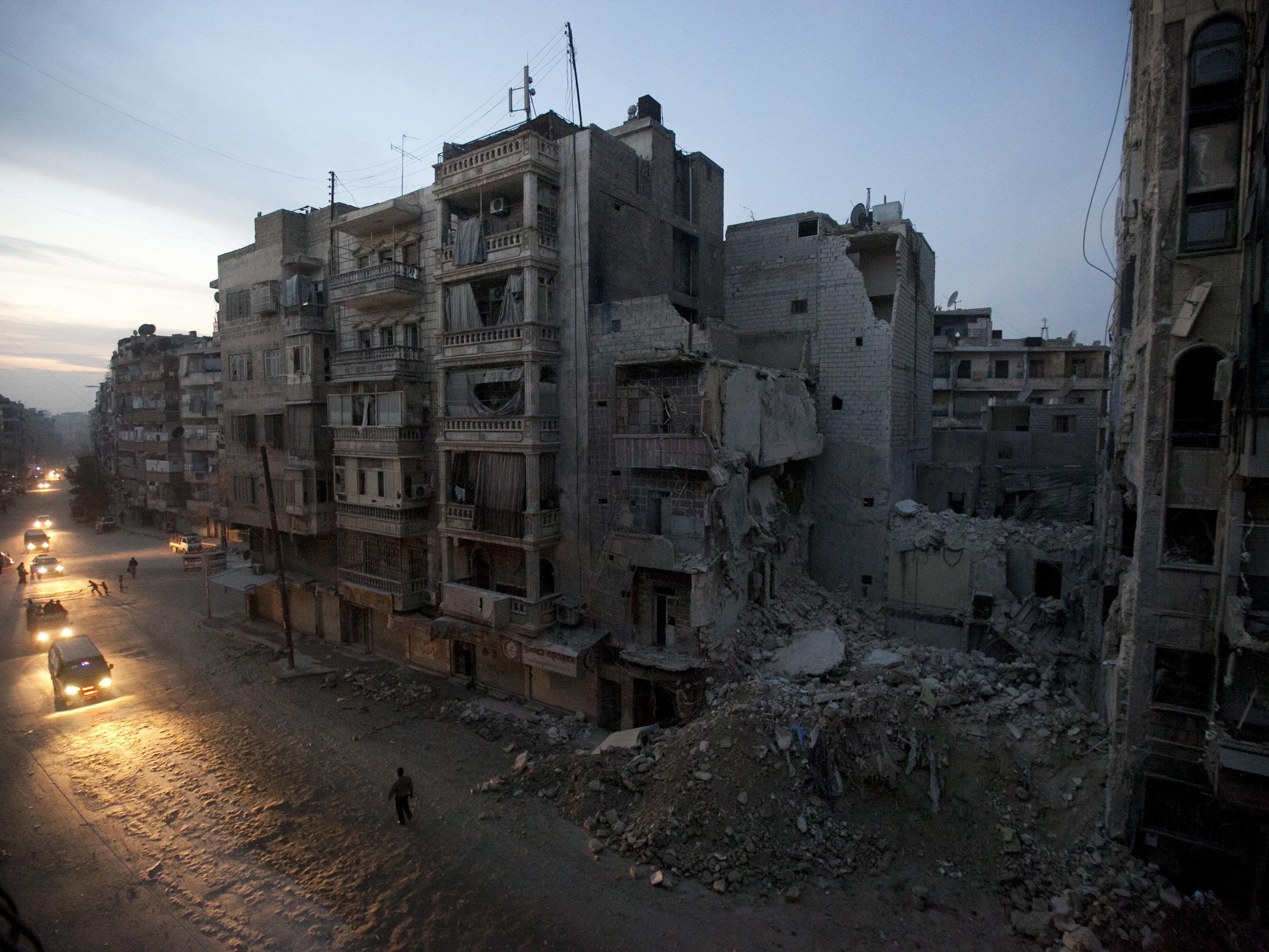 Staatsfernsehen berichtet von Dutzenden Toten und Verletzten nach Raketenangriff durch Rebellen.
