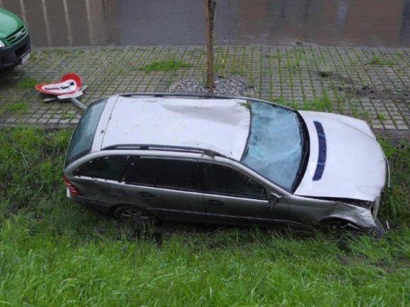 Der Unfallwagen im Graben vor einer Harder Disco.
