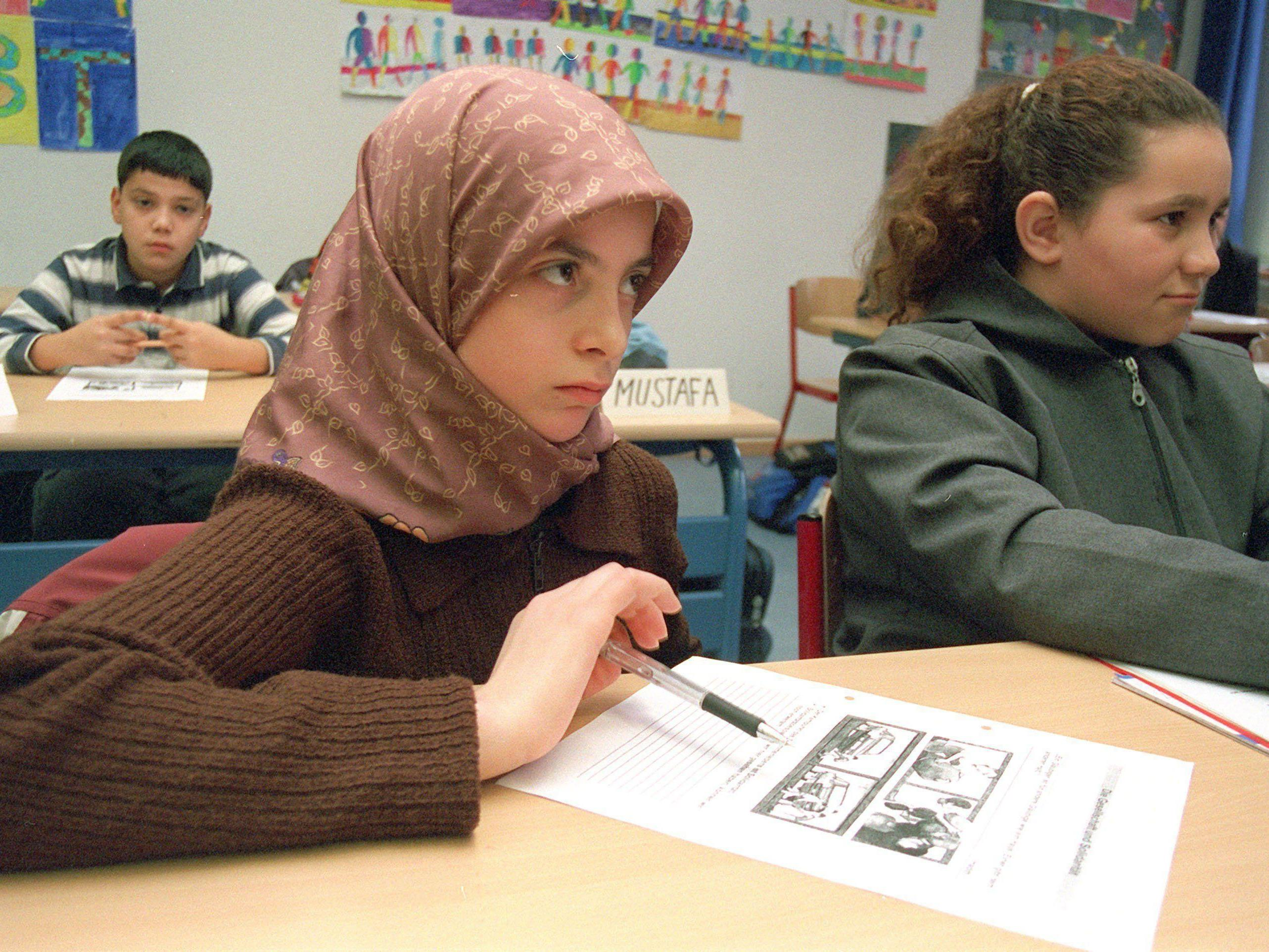5.900 Unterschriften haben die Schülerinnen für den Islamlehrer gesammelt.