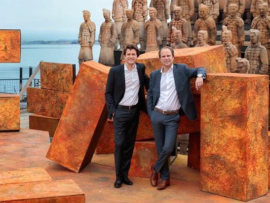 Michael Diem, Geschäftsführer Bregenzer Festspiele (links) und Heinz Senger-Weiss, Vorstandsmitglied Gebrüder Weiss (rechts) auf der Seebühne.