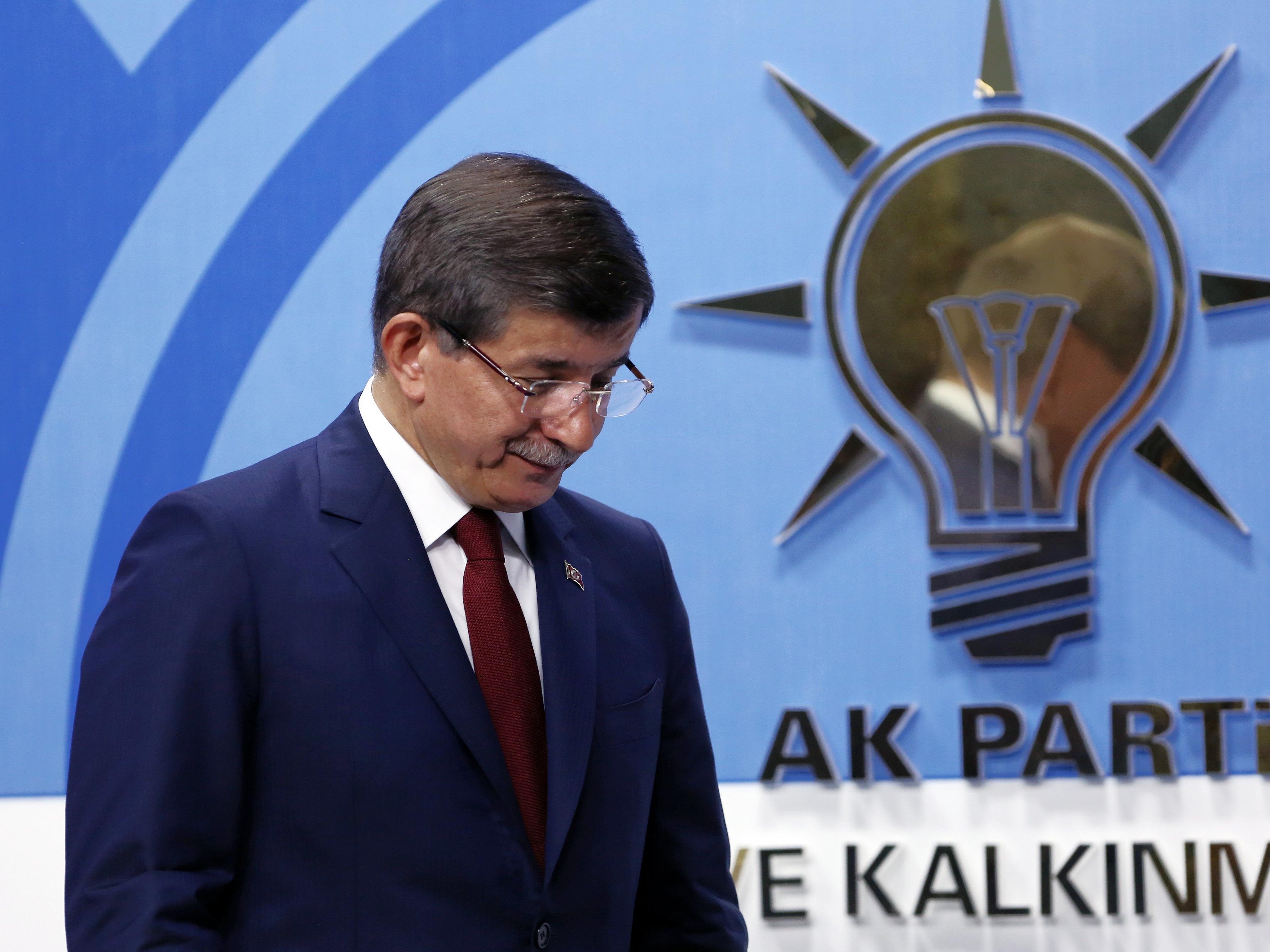 Kniefall: Davutoglu hatte sich mit Erdogan überworfen - und findet doch nur lobende Worte für ihn.