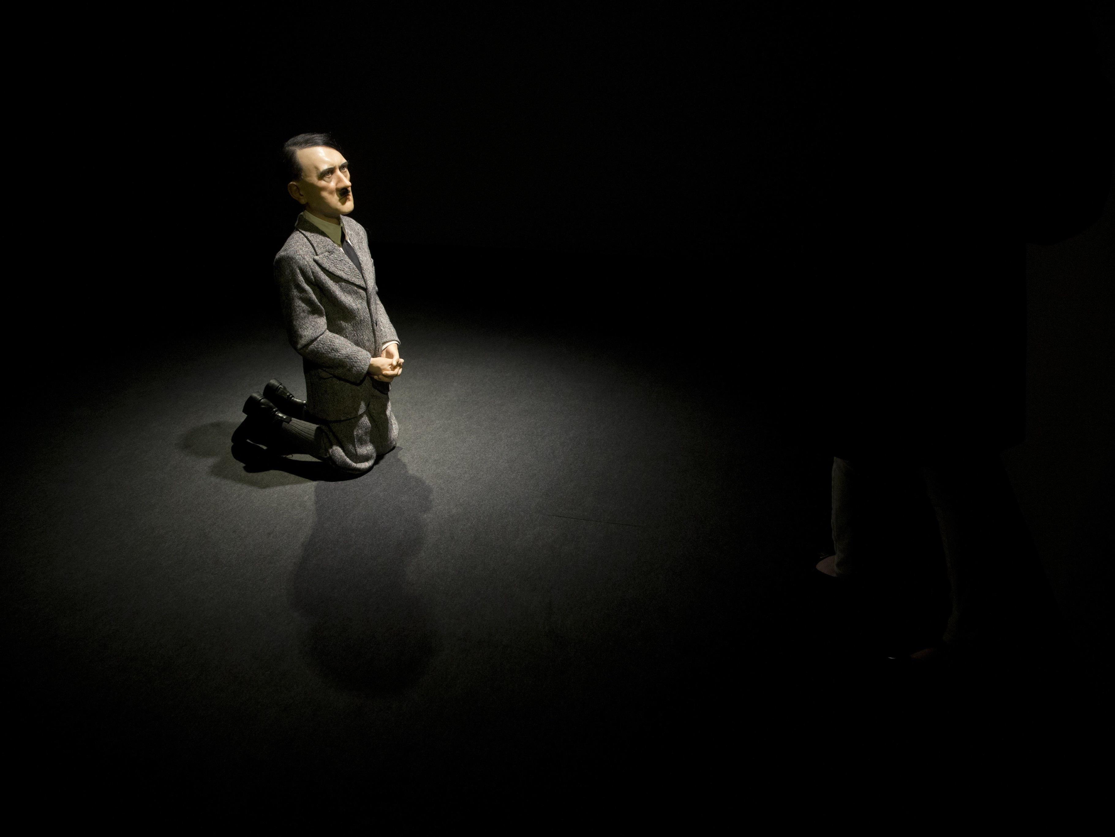 Cattelans Skulptur von betendem Hitler für 17,2 Millionen Dollar versteigert