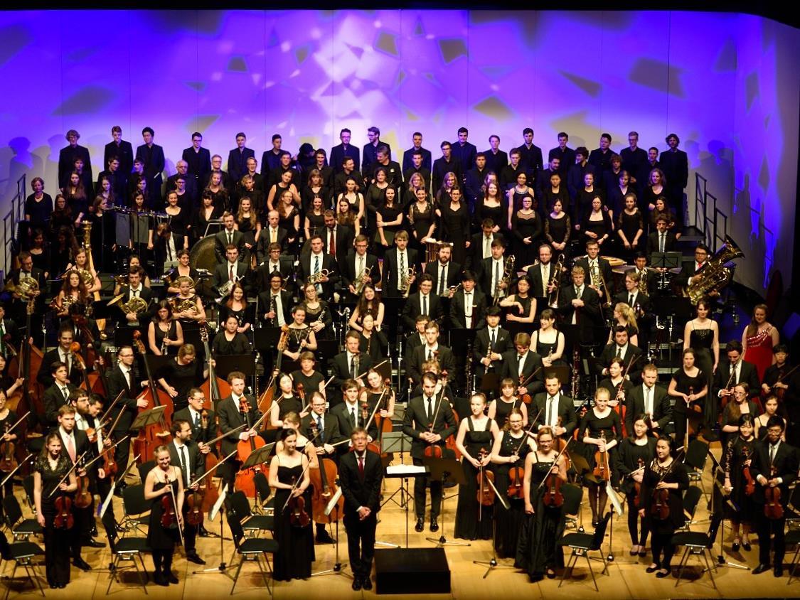 Dirigent Sebastian Tewinkel huldigte mit großer Besetzung aus Trossingen Gustav Mahler.