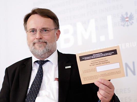 Wahlabteilungsleiter Stein liefert die Unterlagen