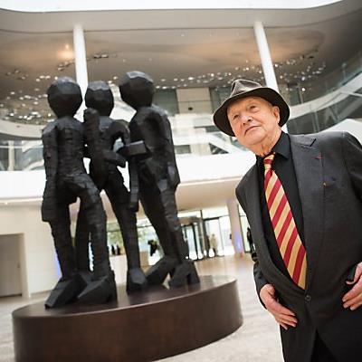 Der Künstler und seine neue Skulptur
