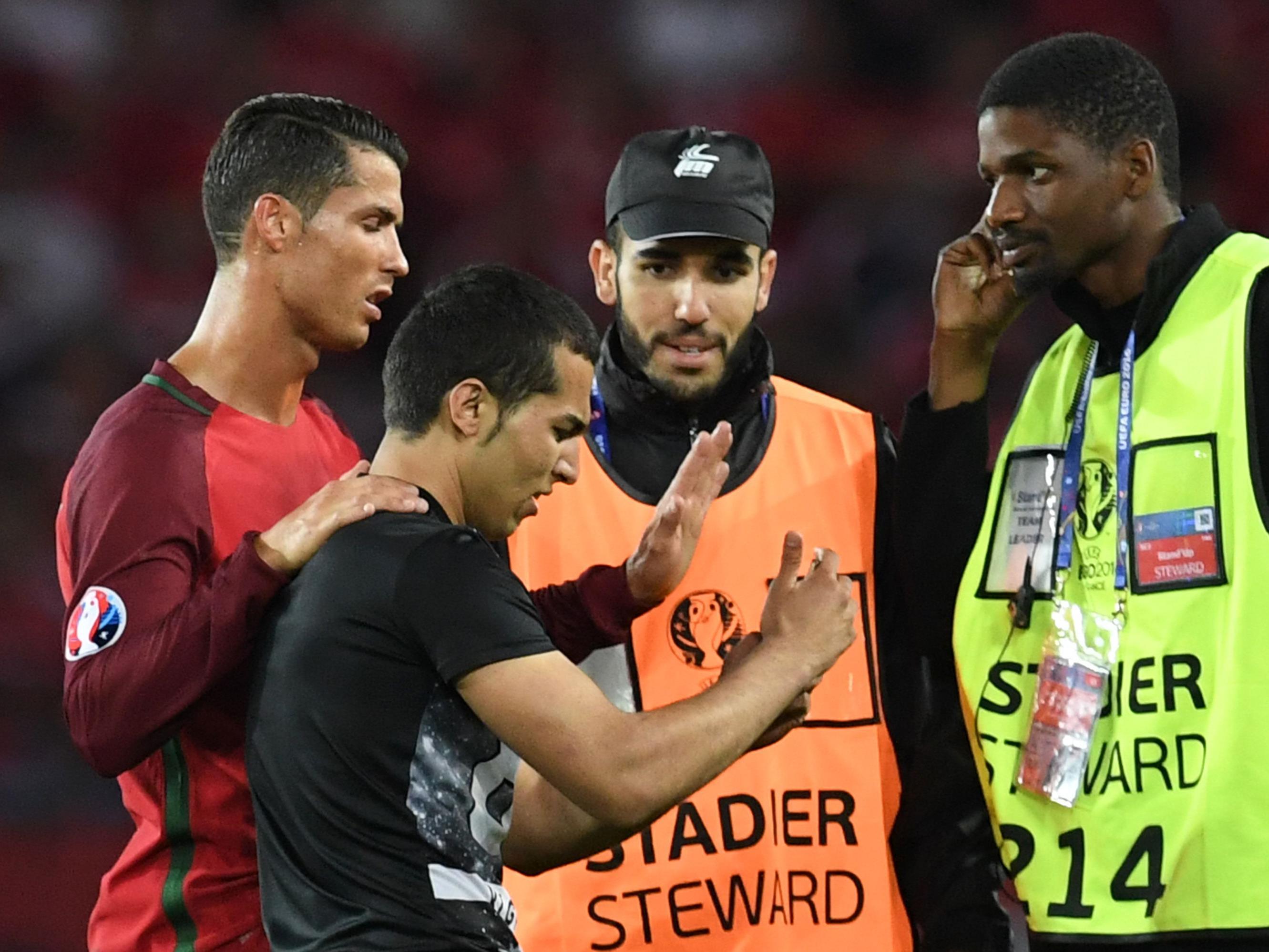 Der Flitzer nützte die Chance und nahm ein Selfie mit Superstar Ronaldo auf.