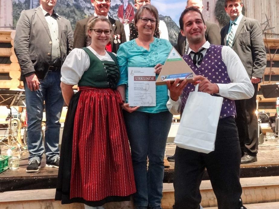 Eine überglückliche Obfrau und Obmann über den Erfolg ihrer Musikanten.