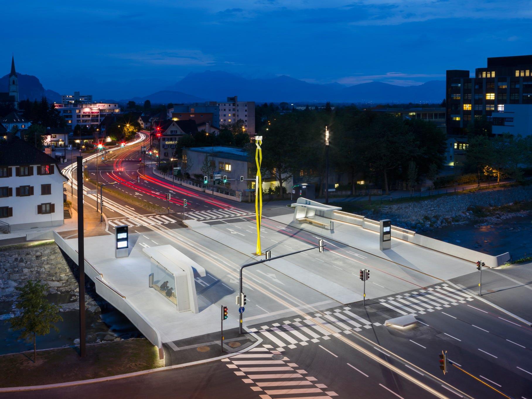 Die Herausforderung für die Lichtlösung lag darin, mit nur zwei Positionen für die Montage von Supersystem outdoor eine gleichmäßige Ausleuchtung über die gesamte Fläche und alle Fahrbahnen hinweg zu schaffen.