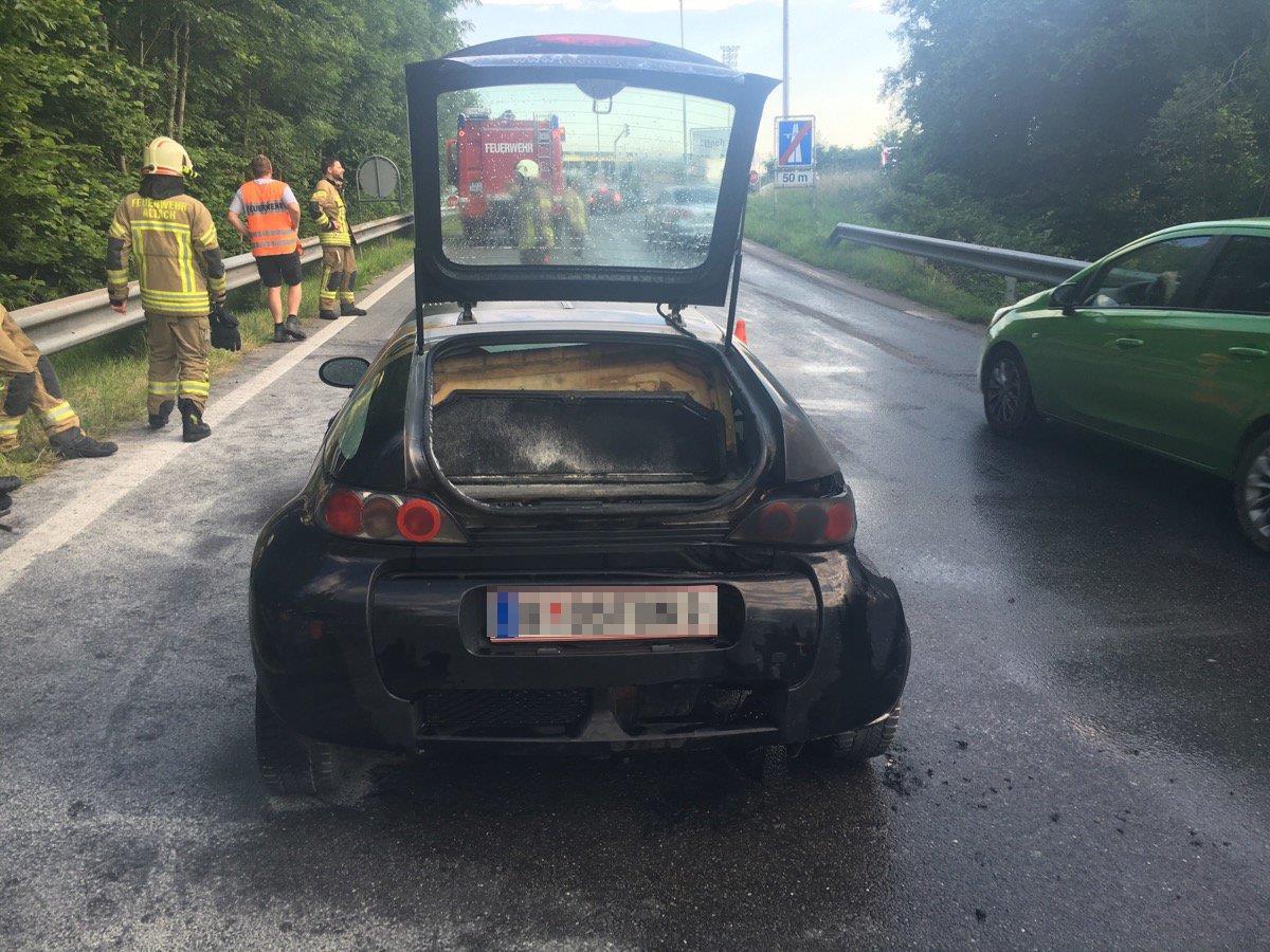 Nach Feuer und Löscharbeiten ist der Wagen ein Totalschaden.
