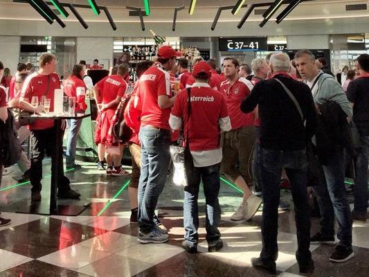 Fans warten am Flughafen Schwechat auf den Abflug nach Bordeaux.