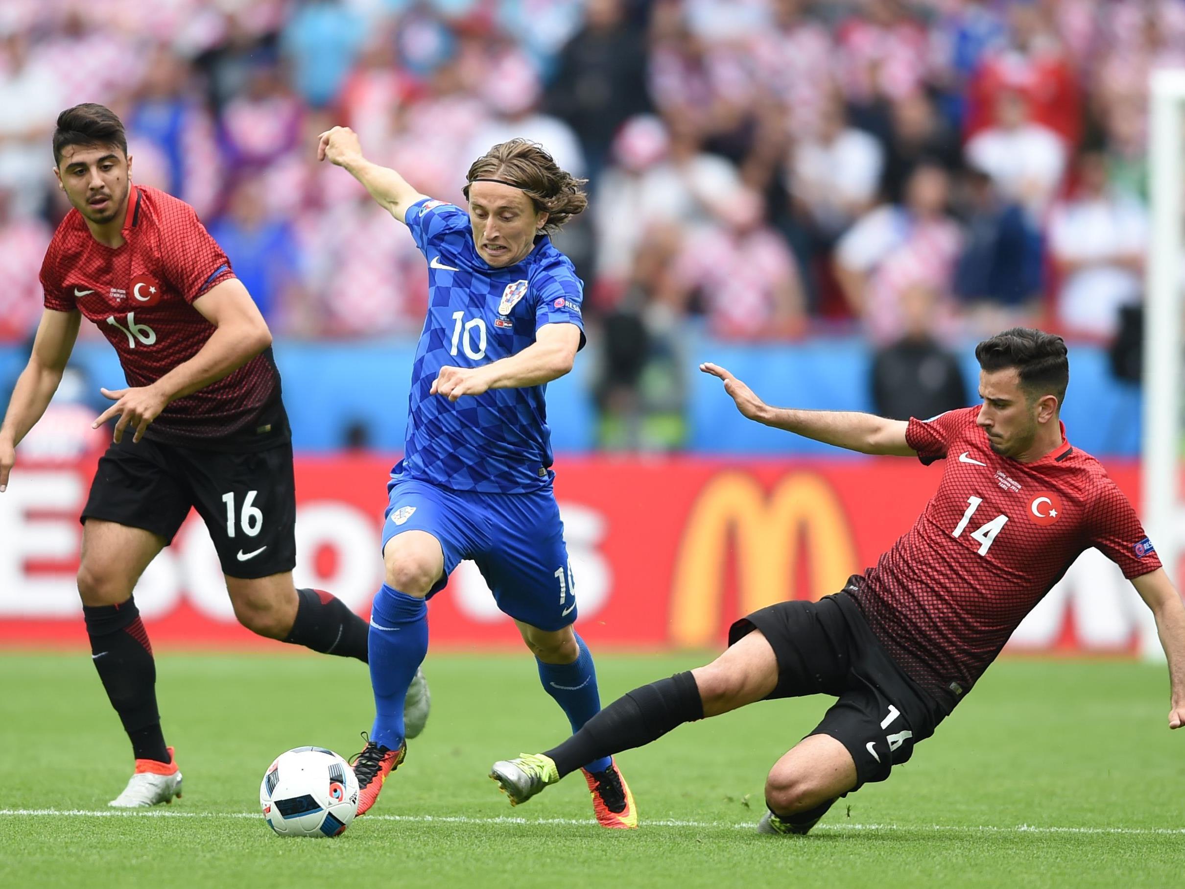 Luka Modrić (m.) führte Kroatien zum Sieg über die Türkei.