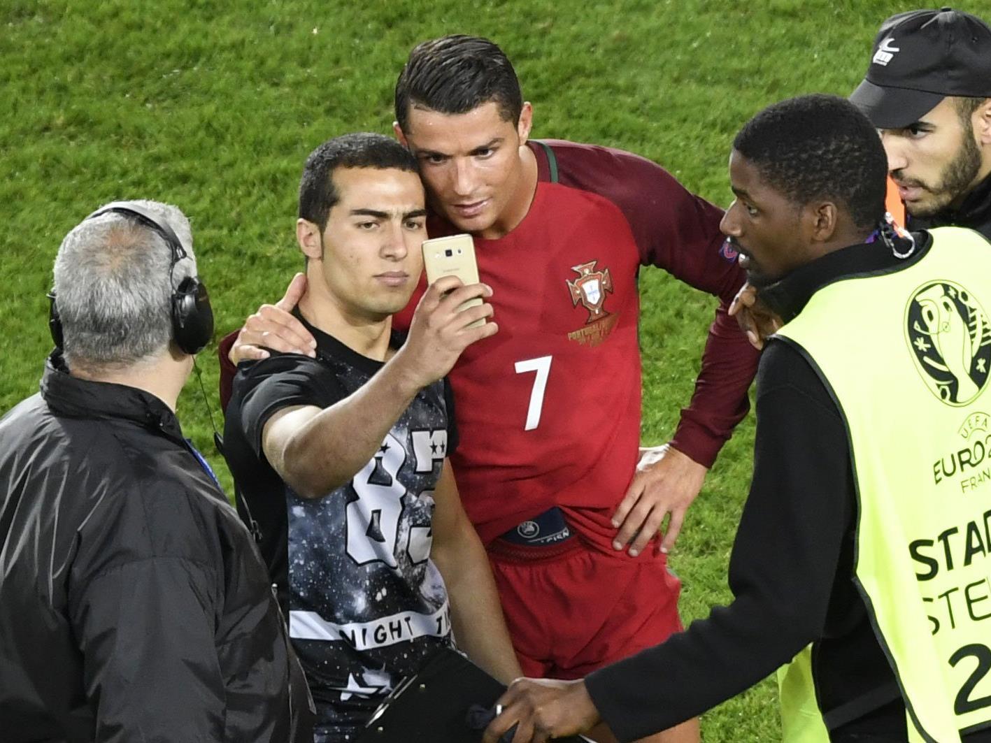 Nach einiger Selfie-Verzögerung posierte der Ronaldo-Fan ganz cool.