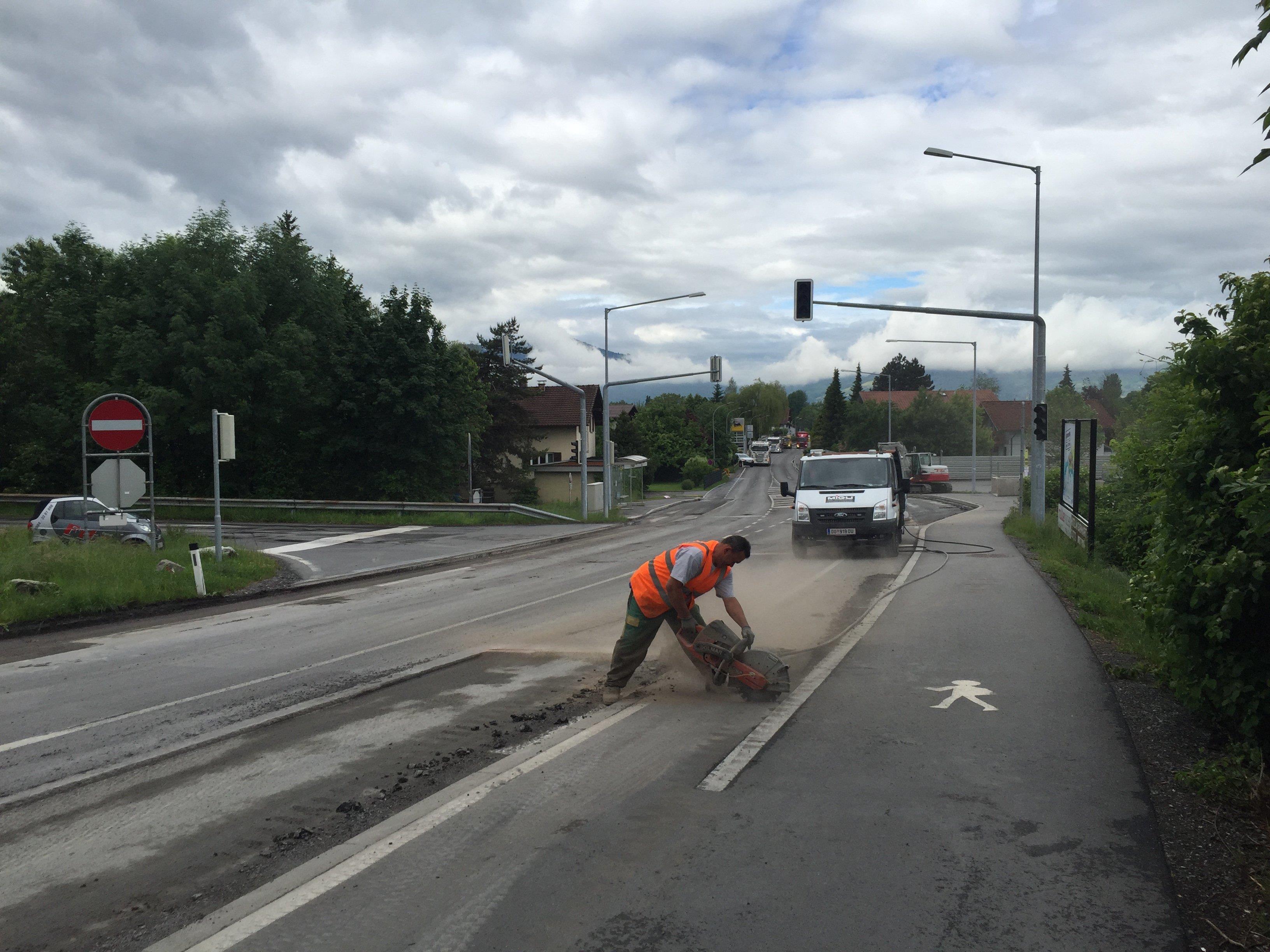 Das dritte Jahr in Folge wird am Straßenbelag auf der L55 zwischen Altach und Mäder gearbeitet.