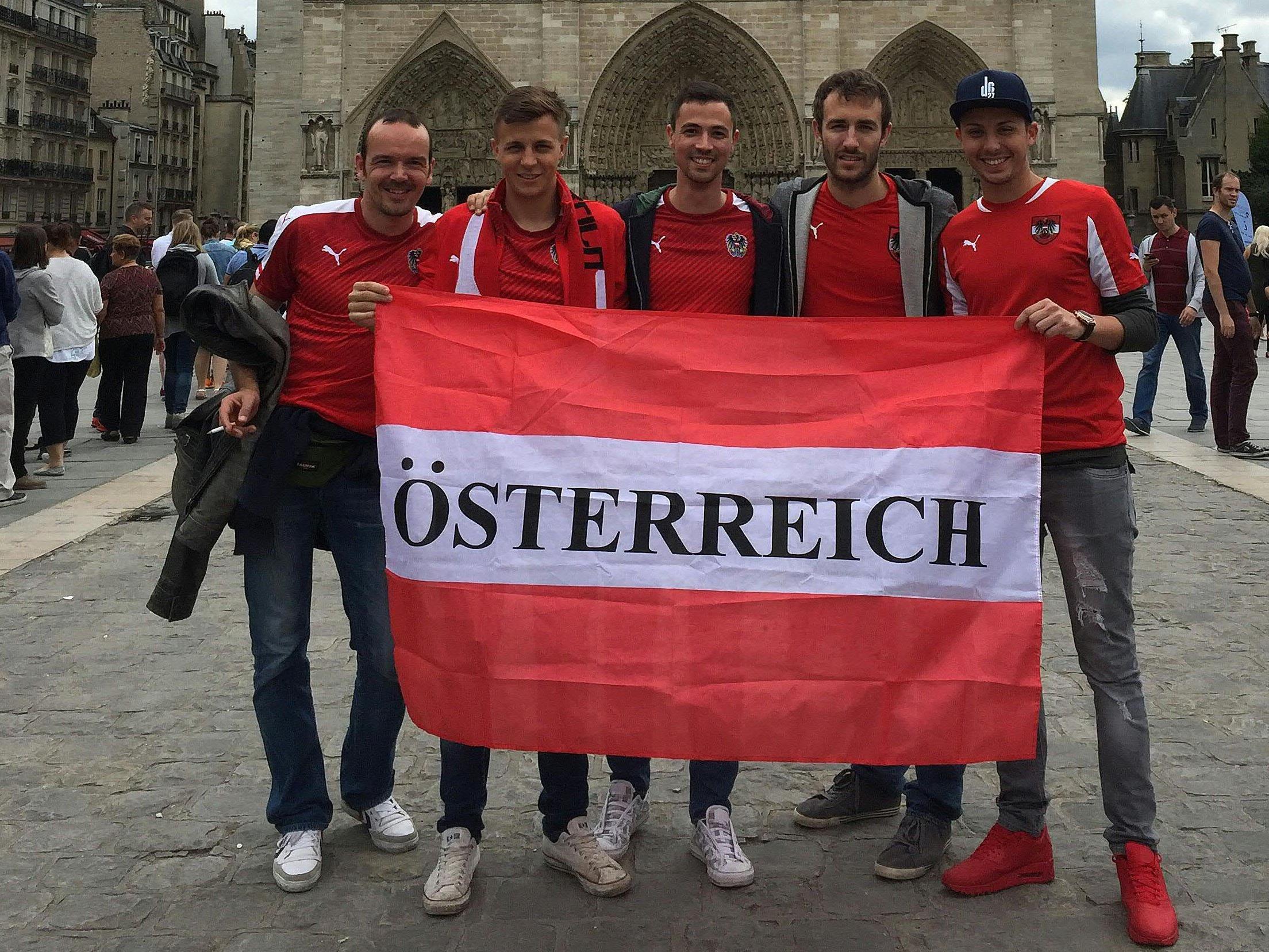 Österreich-Fans vor vor der Kathedrale Notre Dame in Paris.