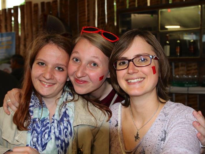 Fabienne, Bettina und Hanna von der Partnerwehr aus Ingerkirchen halfen beim Ausschank an der Weinbar.