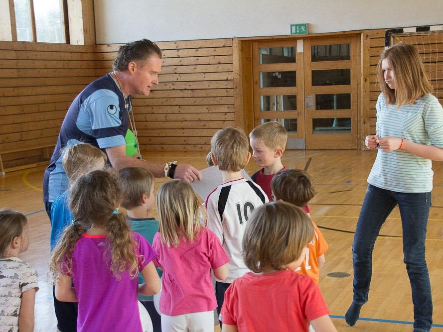 Klaus Stocker (links) leitet seit 2010 die Ballschule für Kleinkinder in der Turnhalle der VS Nofels.