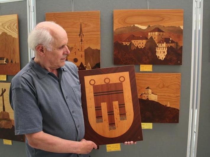 Der Tiroler Künstler Gerhard Kastner zeigt aktuell schöne Furniereinlegearbeiten in der Feldkircher Sparkasse.