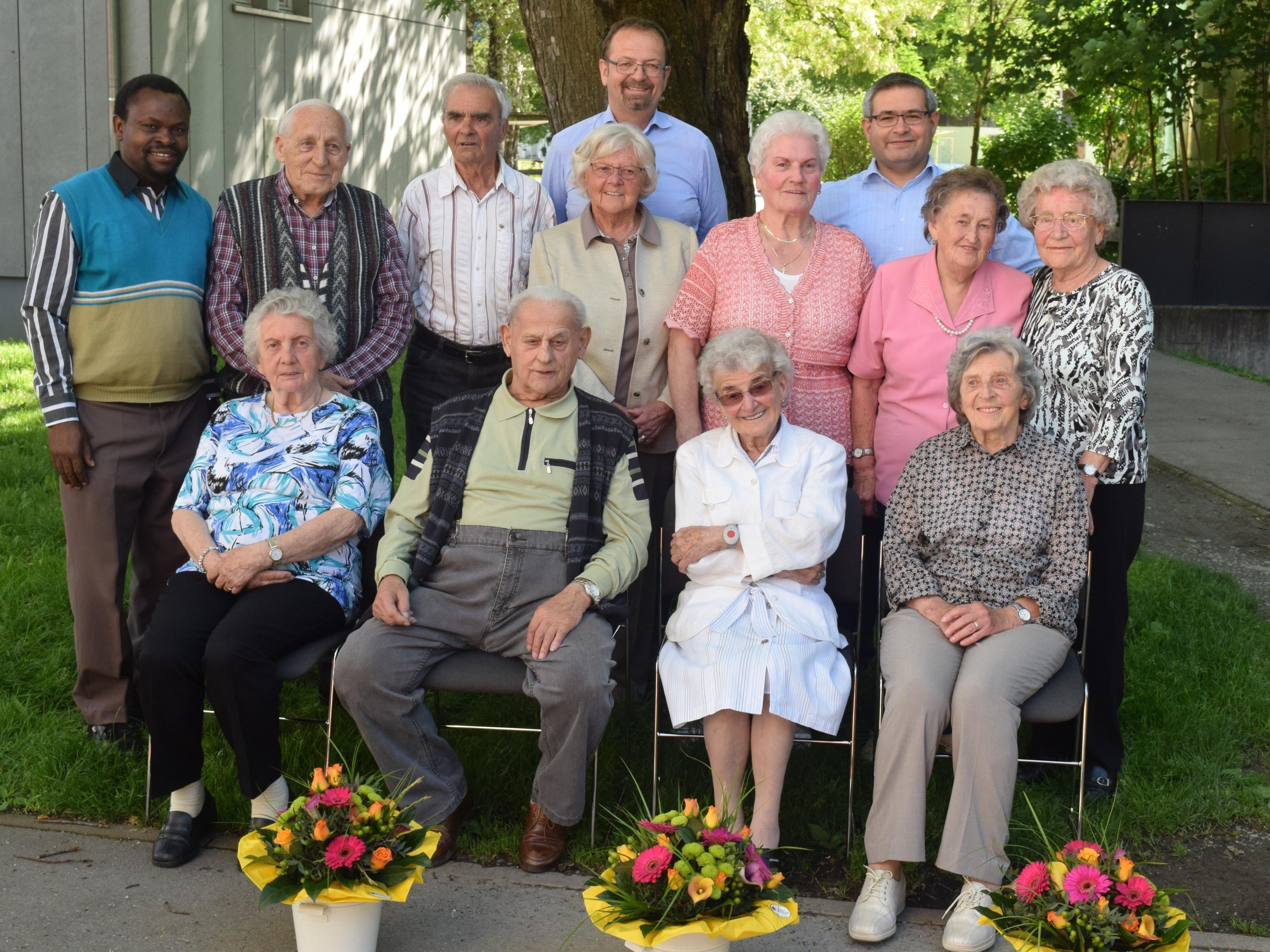 Die zehn Geburtstagskinder (sieben Frauen und drei Männer), flankiert von Bürgermeister, Pfarrer und Pfarrassistent, kommen zusammen auf 855 Lebensjahre.