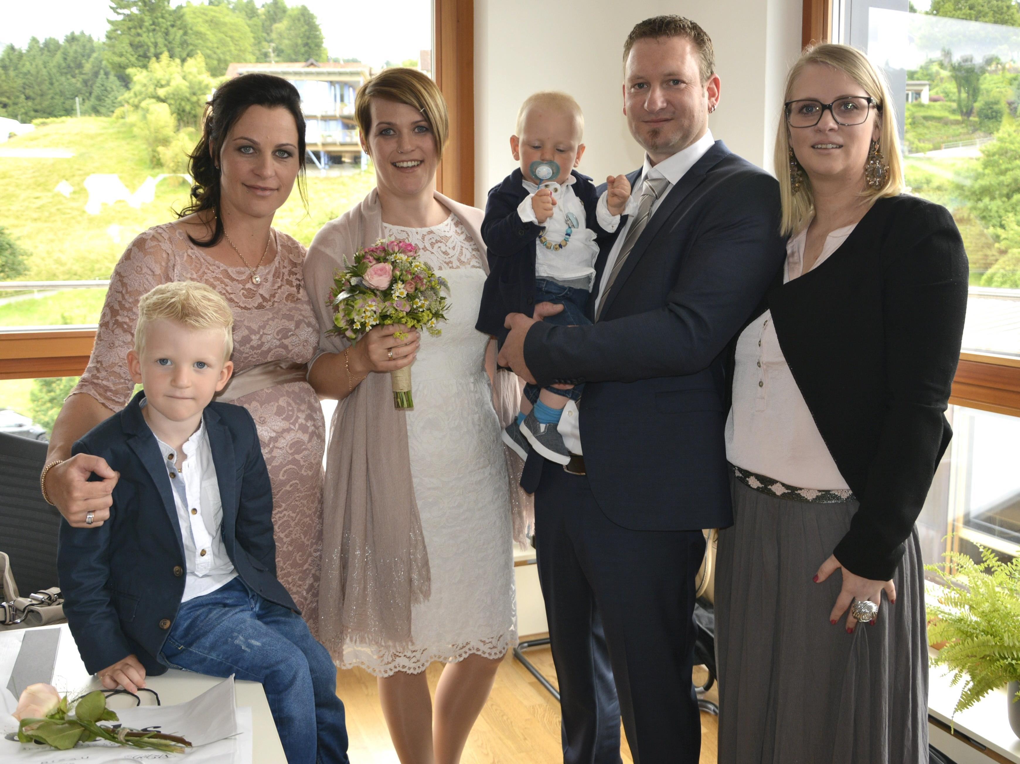 Das Brautpaar mit den Trauzeugen und den Buben, Linus und Marwin, bei der standesamtlichen Trauung in Schwarzach.