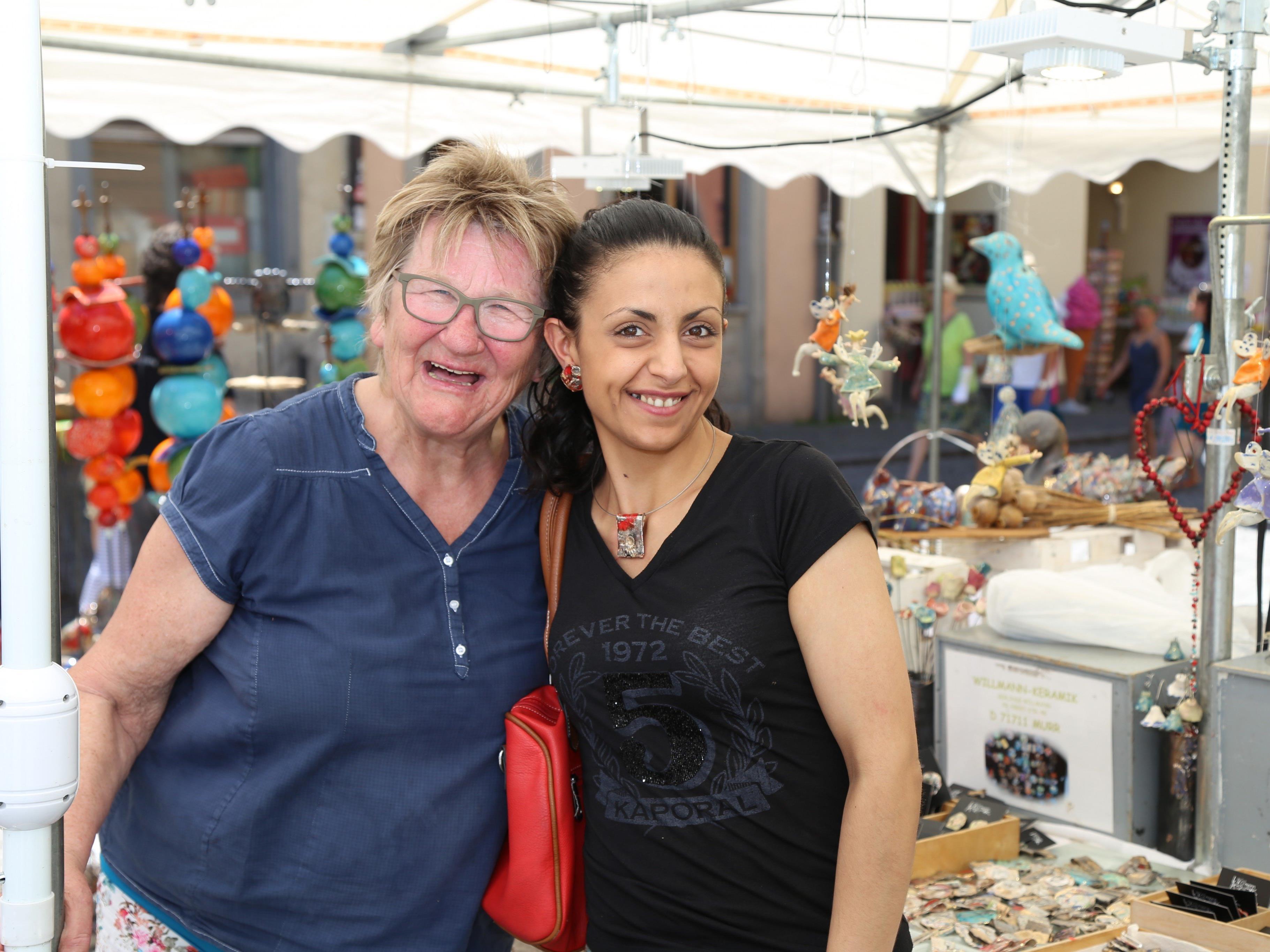 Gerlinde und Francesca amüsierten sich beim Töpfermarkt in Feldkirch.