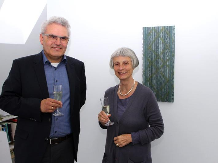 Zwei der vielen Gäste bei der Vernissage: Christian Ehinger (Gatte von Künstlerin Edda Jachens) und Dr. Jutta Gnaiger-Rathmanner.