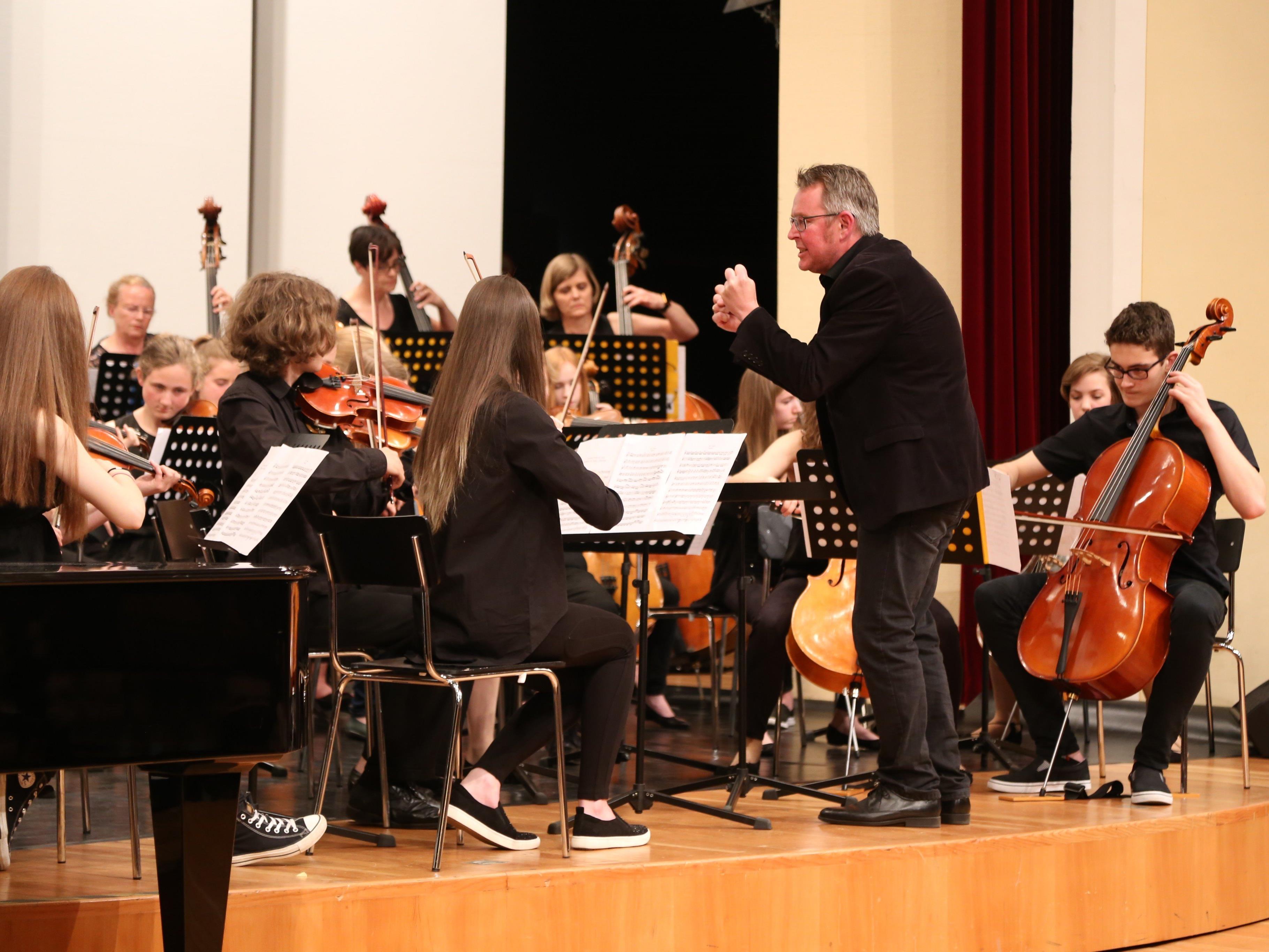 Im zweiten Teil dirigierte Direktor Nikolaus Netzer im Konzertsaal des Landeskonservatoriums.