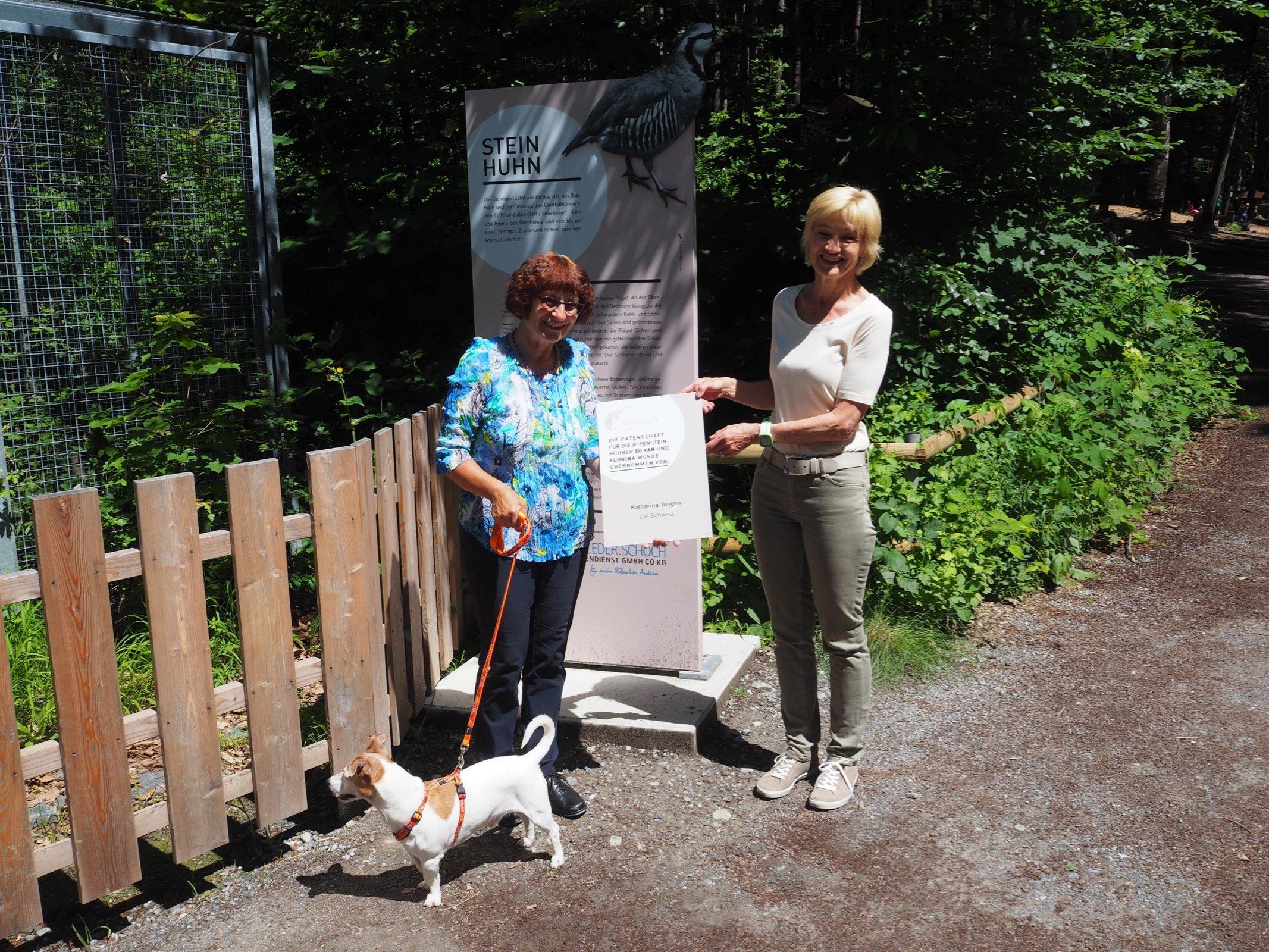 Wildparkfreundin Kathi Jungen aus der Schweiz mit ihrem Hund Nemo und Ingrid Schieder, der Patenschaftsverantwortlichen vom WP Vorstand.