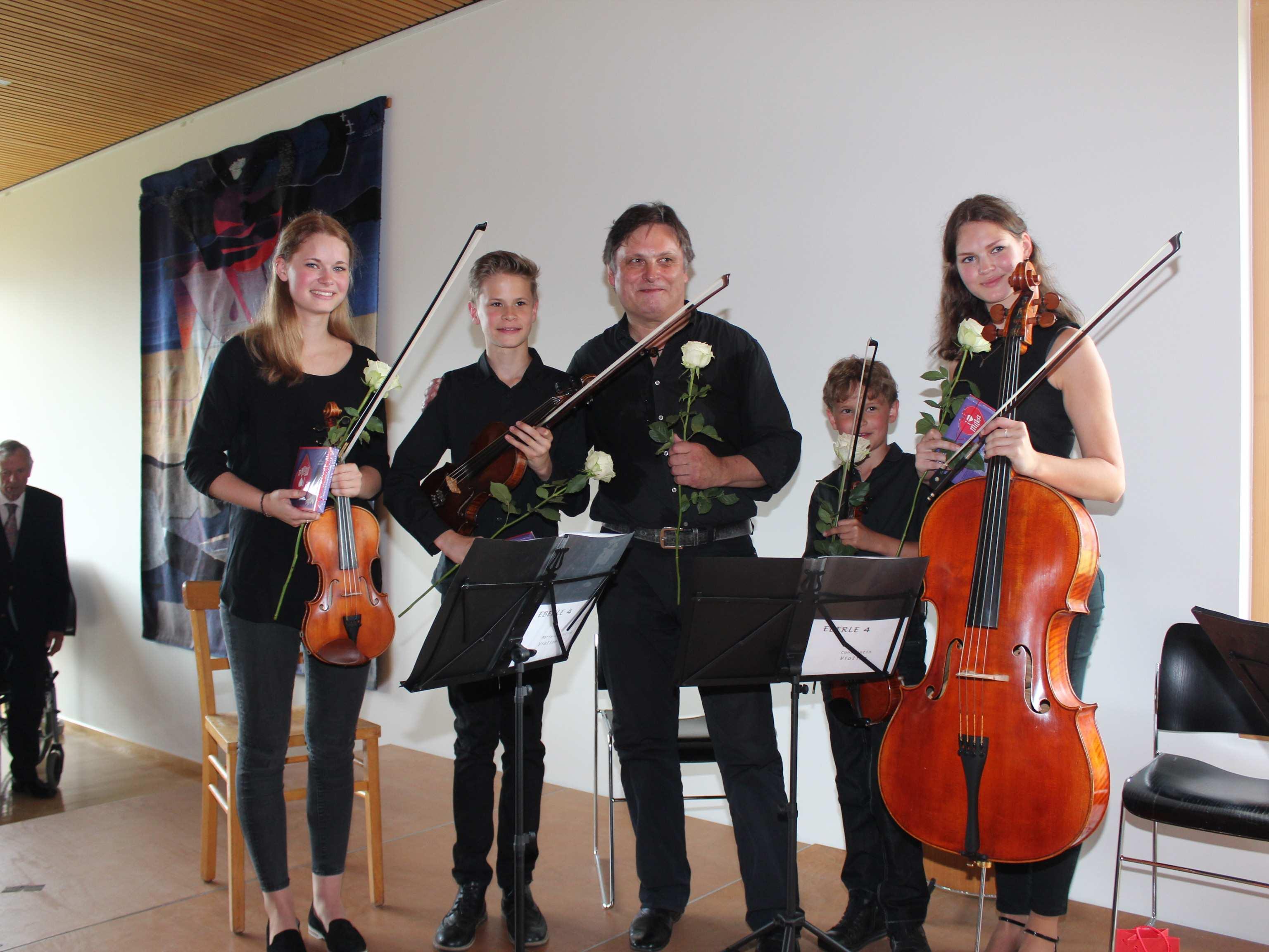 Christoph Eberle inmitten seiner vier musikalischen Kinder.