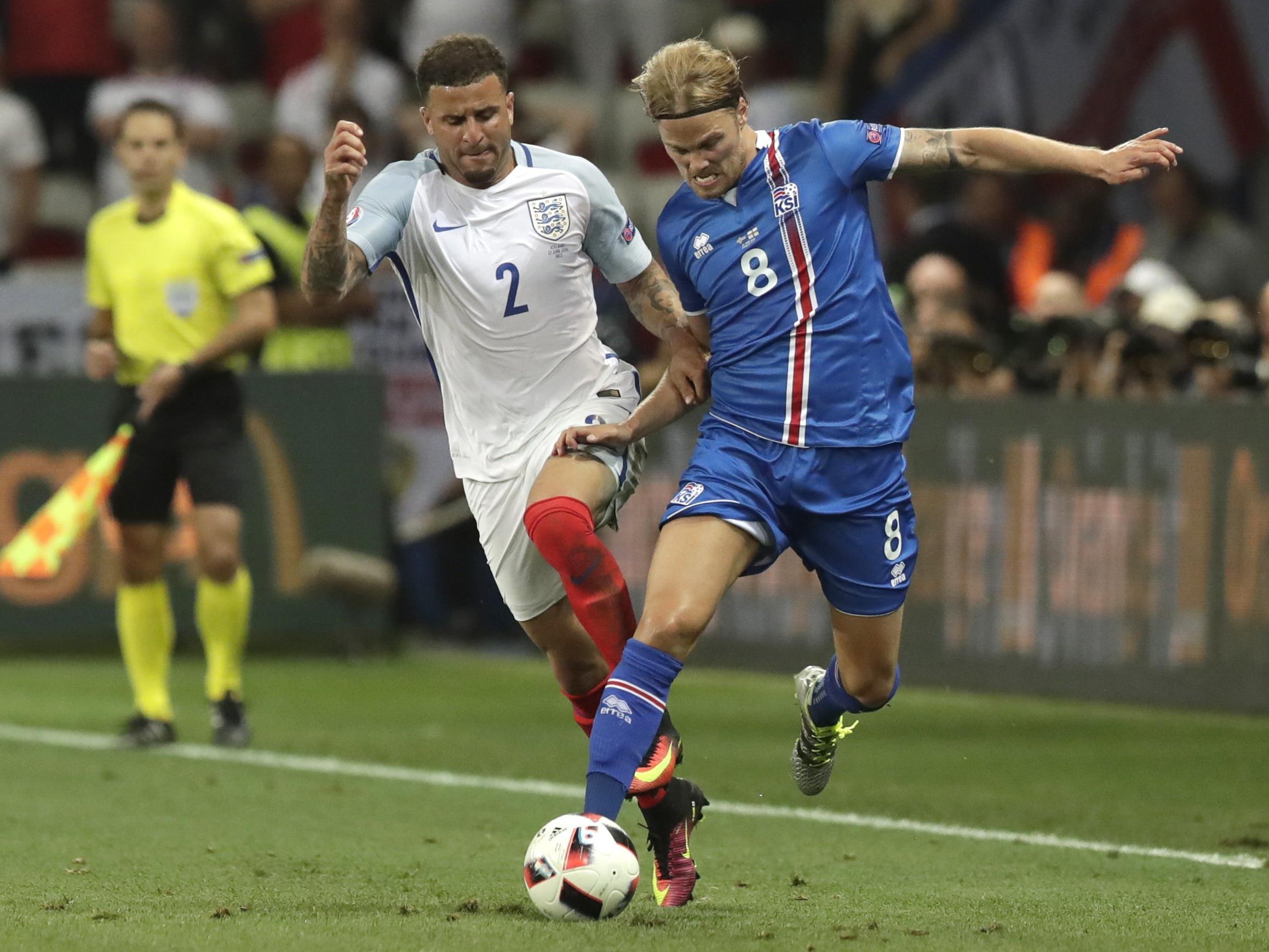 Island siegt gegen England und spielt sich ins Viertelfinale.