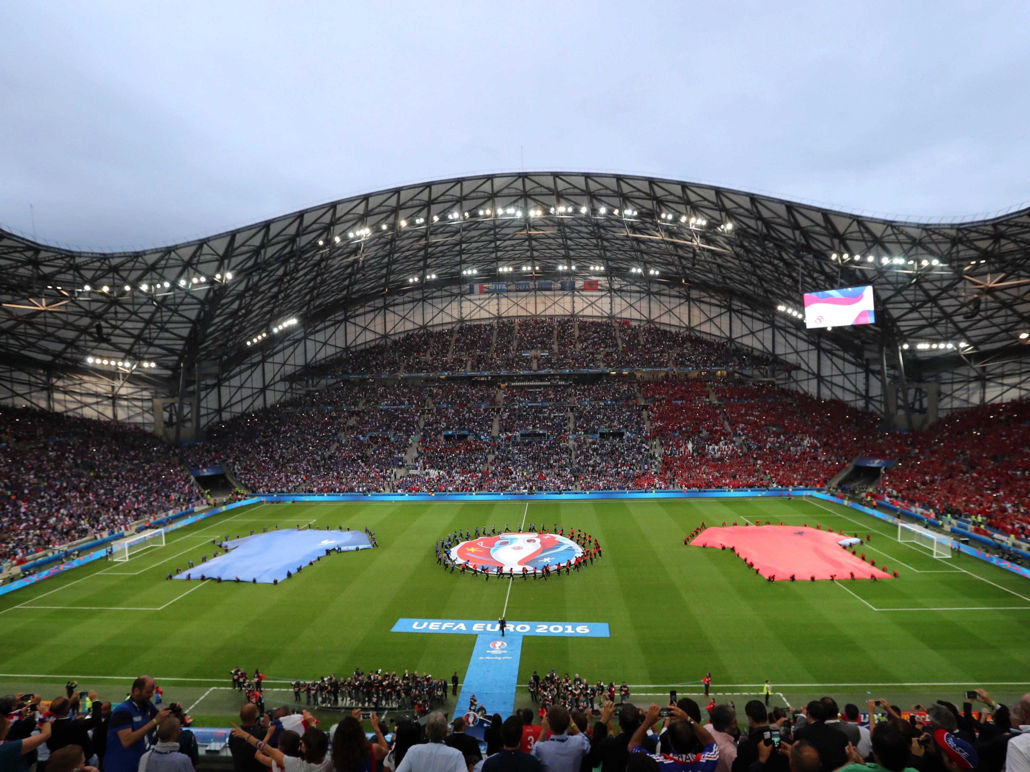 UEFA mit den Rasen in den EM-Stadien unzufrieden.