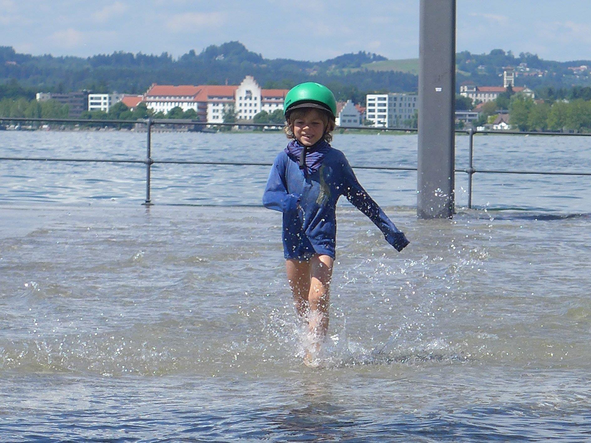 Spielen am Wasser macht Spaß