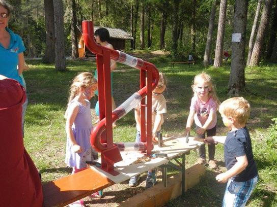 Die Kinder spielten vergnügt mit und erlebten einen bunten und schmackhaften Nachmittag.