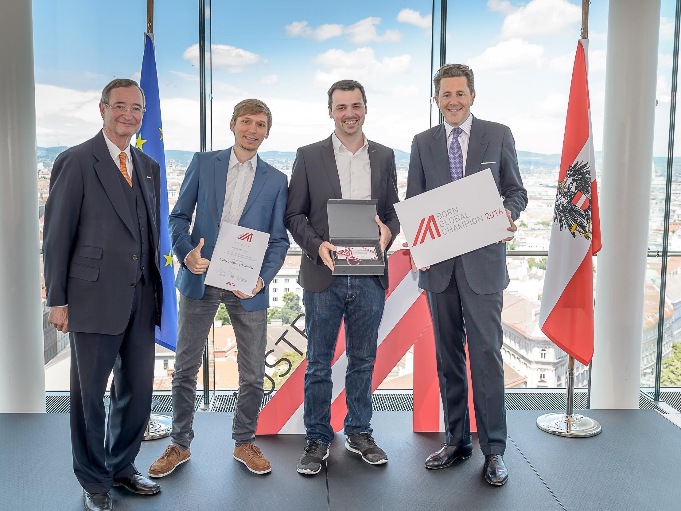 """Alexander Bitsche und Tobias Klien (Webgears) durften den """"Born Global Champions""""-Award von WKO-Präsident Christoph Leitl und Staatssekretär Harald Mahrer entgegennehmen."""