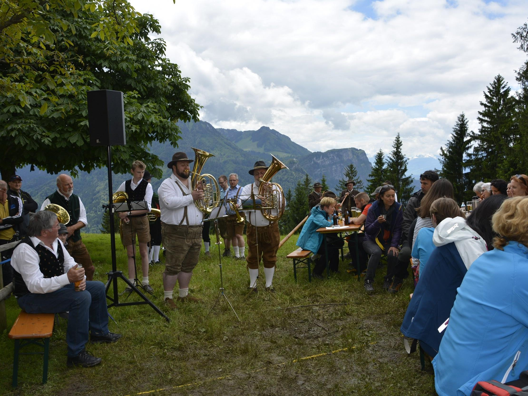 Volksmusiktreffen mit Blick auf Berge und Rheintal