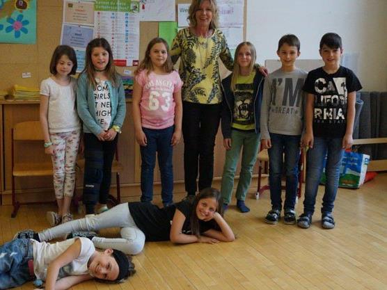 Die Kinder mit ihrer Lehrerin Penelope Peherstorfer.